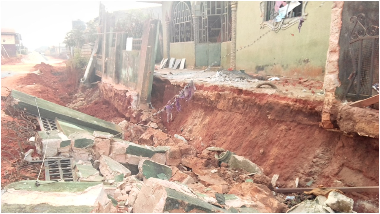 Horrible! One Dead as Building Collapses in Ibadan - Photos